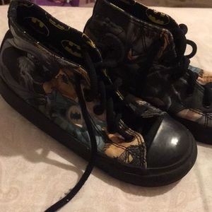 Little boy converse Batman high tops